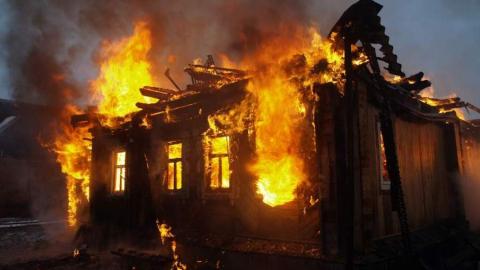 За сутки в области сгорело два дома и дача