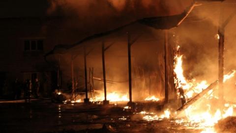 Ночью произошел крупный пожар в цехе на Шелковичной