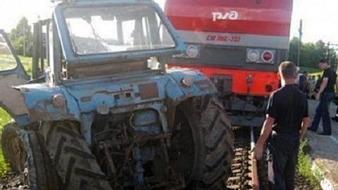 Под Саратовом трактор врезался в движущийся локомотив