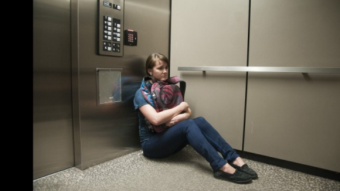 В Энгельсе совершено нападение на женщину в лифте