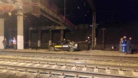 В Саратове молодой человек упал с моста на рельсы