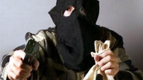 В магазине на Огородной грабитель избил продавца и похитил из кассы деньги