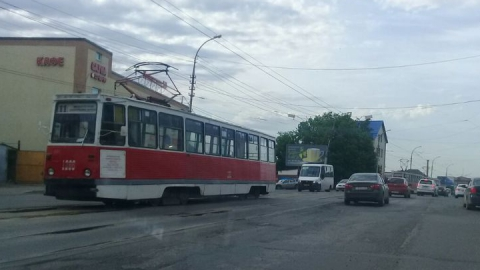 На улице Танкистов встали трамваи