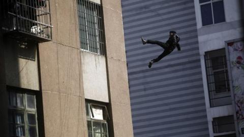 В Балакове мужчина совершил прыжок с седьмого этажа