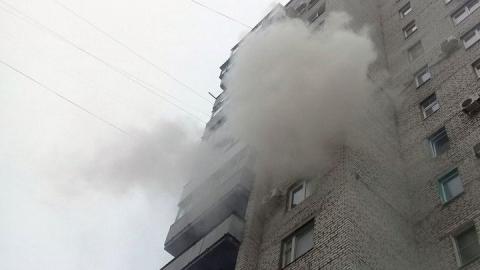 Отец и двое маленьких детей надышались дымом на пожаре в многоэтажке в Саратове