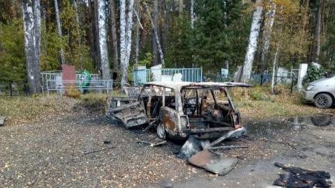 Ночью рядом с кладбищем загорелся легковой автомобиль
