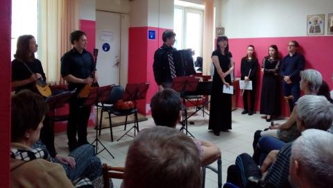 """Студенты консерватории дали концерт в центре """"Бомж"""""""