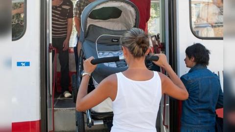 В пассажирском автобусе опрокинулась коляска с новорожденным ребенком