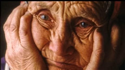 Грабитель выхватил из рук 89-летней женщины сумку и убежал