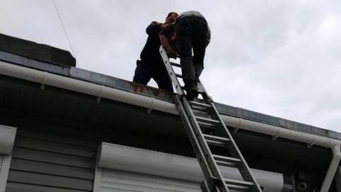 Прыгнувшему с третьего этажа балаковцу потребовалась помощь спасателей