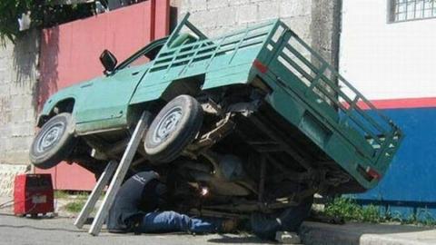 Во время ремонта сорвавшийся автомобиль придавил мужчину