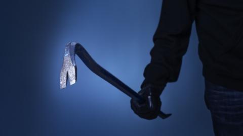 Молодой человек убил гвоздодером двух человек и поджег дом