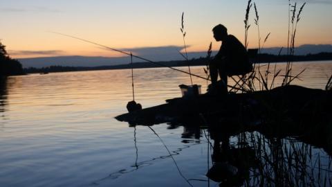 Освободившийся по УДО заключенный попался на взятке за ловлю рыбы