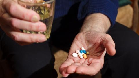 Мошенница попросила таблетку у престарелой женщины и украла у нее деньги