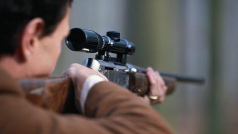 Мужчина выстрелил из винтовки  в колено бывшей супруги