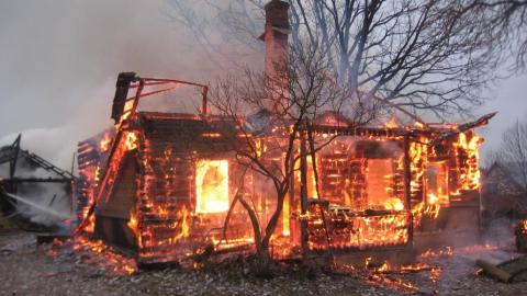 Вчера пожарные тушили баню, машину, коммунальную квартиру