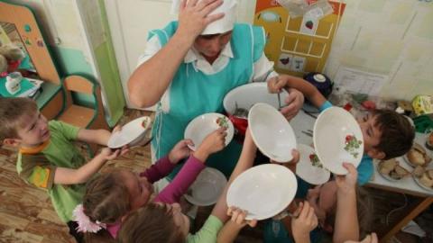 Заведующая перемешала крупу из кухни детского сада с песком