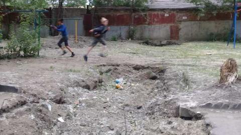 На Тархова рядом с детской площадкой провалился грунт