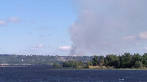 Жители Энгельса наблюдают крупный пожар в Саратове