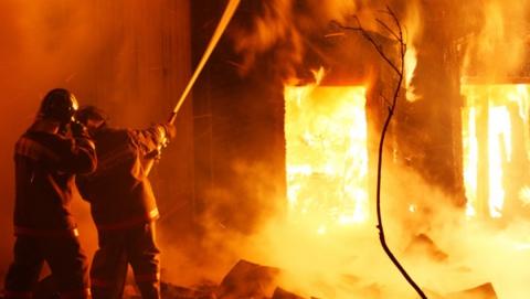 Пожарные эвакуировали с горящего дома жильцов и детей