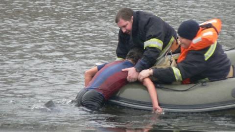 На энгельсском пляже спасатели оказали помощь тонущему парню