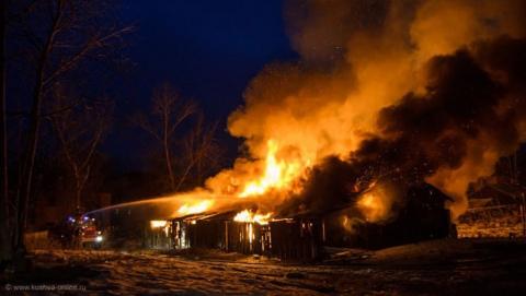 На Набережной в Питерке сгорел частный дом с надворными постройками