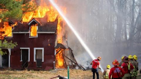 В выходные в области горели: дачи, баня, летняя кухня, дом и склад