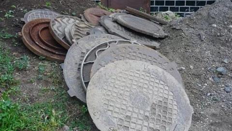 Саратовец выложил тропинку на даче украденными люками