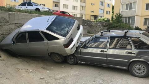 В Саратове один автомобиль упал на другой