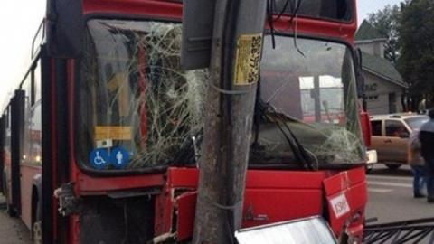 В Заводском районе автобус врезался в столб