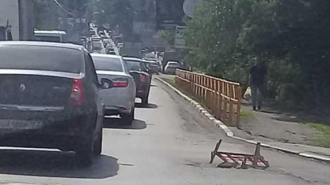 Незакрытый люк мешает движению на улице Навашина