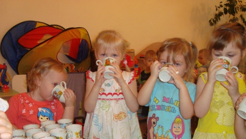 В детском саду 20 детей поили из 8 бокалов