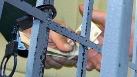 Сотрудник УФСИН брал взятки от заключенных