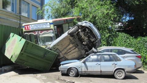 На набережной в Саратове автобус свалился в кювет