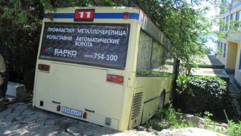Следователи приступили к осмотру места аварии скатившегося на набережную автобуса