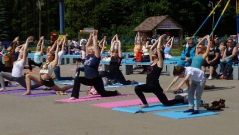 """В парке """"Лукоморье"""" саратовцы отмечают день йоги"""