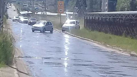 Улицу Тархова заливает вода