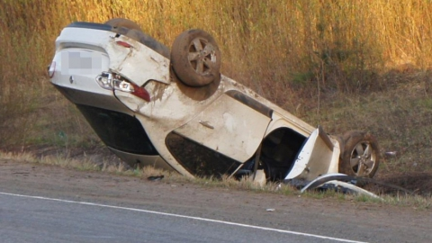 На трассе под Татищевом опрокинулся автомобиль