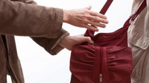 Грабитель из Энгельса вырвал сумку у клиента банка и убежал