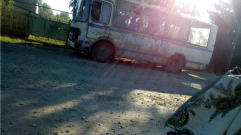 В Аткарске людей перевозит полуразрушенный автобус