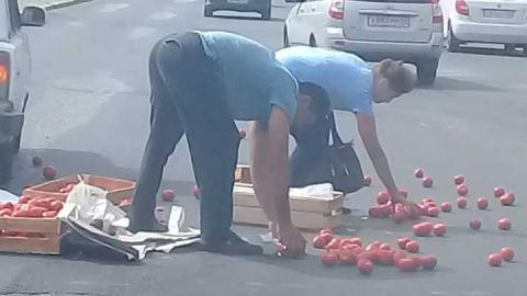 Улицу Большую Горную засыпало помидорами