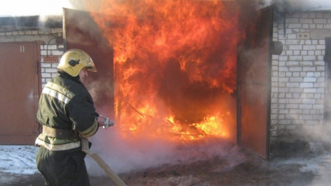 В Балакове сгорела Газель вместе с гаражом