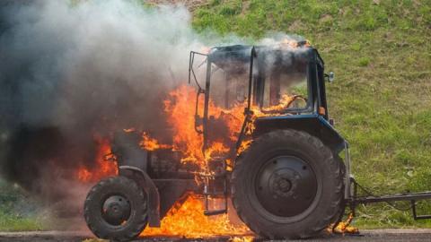 В области сгорели трактор и легковушка