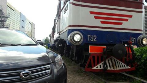 Под Саратовом пассажирский поезд протаранил иномарку