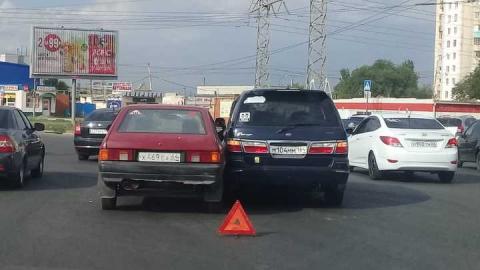 На пересечении Тархова и Строителей столкнулись «Москвич» и «Ford»