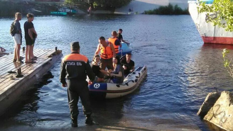 Спасатели помогли компании молодых людей на дрейфующей лодке
