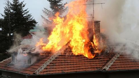 В Энгельсе пожар уничтожил два частных дома