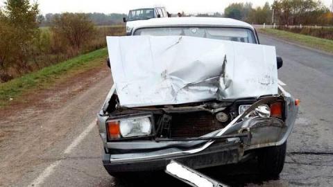 """На трассе под Саратовом """"Жигули"""" столкнулись с грузовиком"""