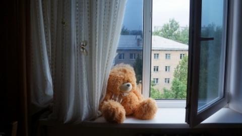 В Энгельсе из окна на десятом этаже выпал ребенок