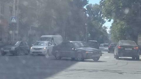 На улице Советской перегорожена полоса движения